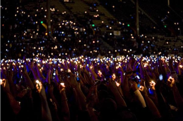 「audience smartphone light live」の画像検索結果
